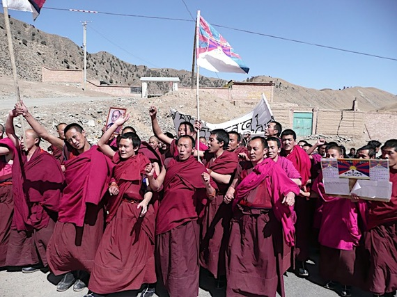 Monks from Rebkong County raising their national flag protesting against Chinese rule. Photo: The Huffington Post