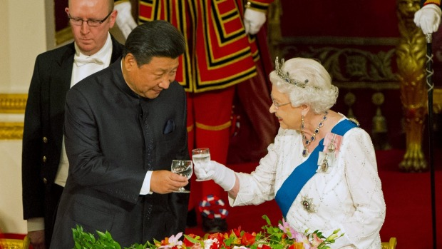 Chinese President Xi Jinping with Queen Elizabeth at a state banquet at Buckingham Palace. Photo: Stuff